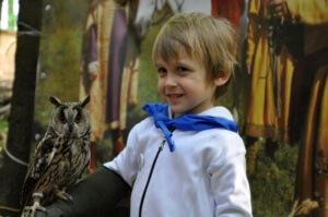 Общение с охотничьими птицами в музее соколиной охоты